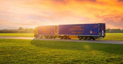 Tovornjaška vožnja med sončnim zahodom