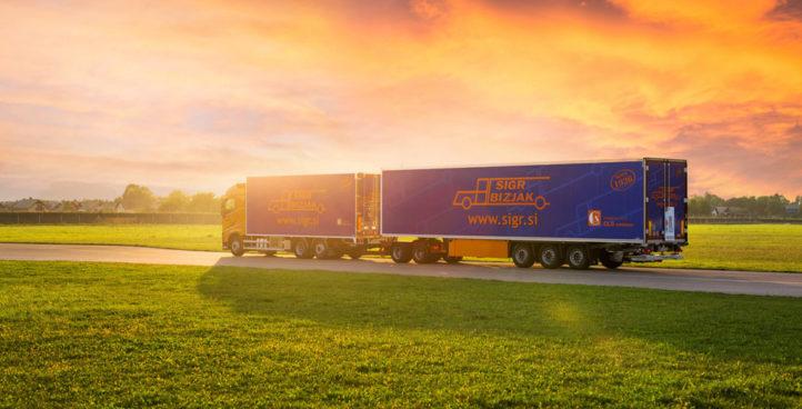 Sigr Bizjak tovorno vozilo med sončnim zahodom