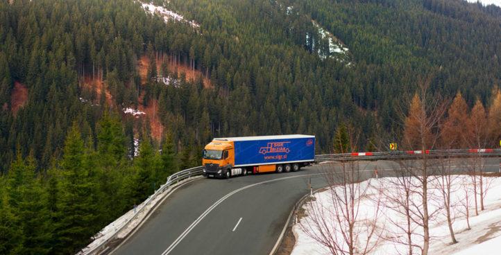 Sigr Bizjak tovorno vozilo med vožnjo/od daleč