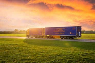 Sigr Bizjak tovorno vozilo ob sončnem zahodu