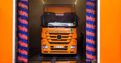 Tovornjaški čistilni servis